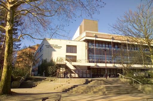 Der Gebäudekomplex mit Altbau, Verwaltungsgebäude, Bücherturm und Benutzungstrakt