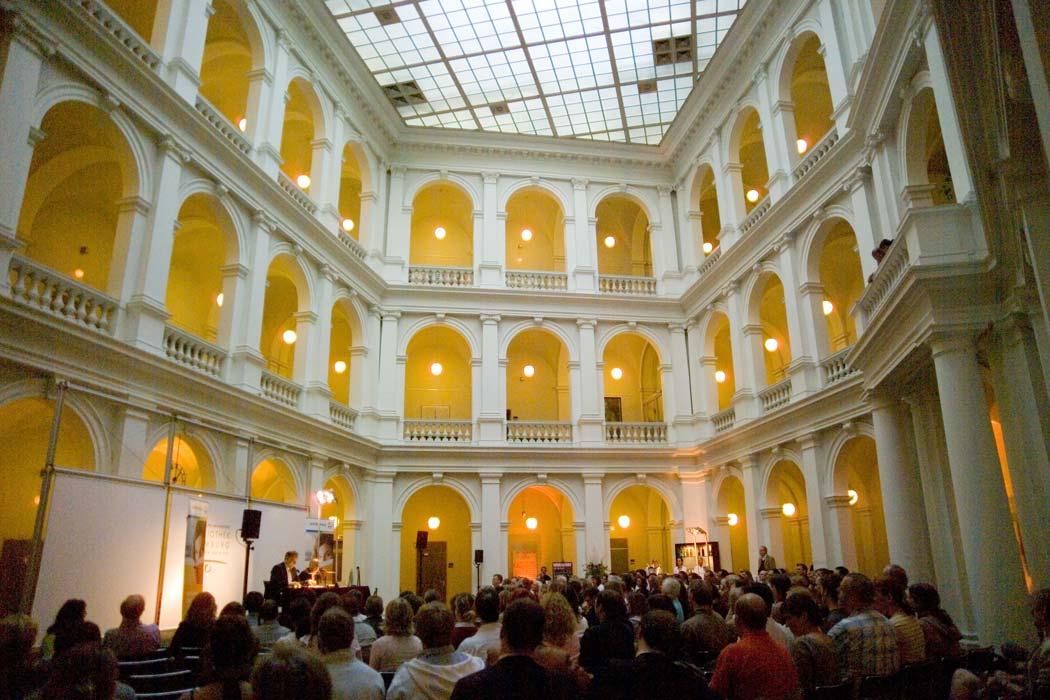 Lichthof mit Publikum