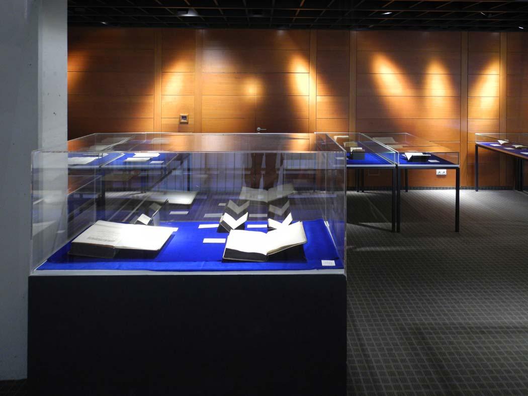 Vitrinen im Ausstellungsraum