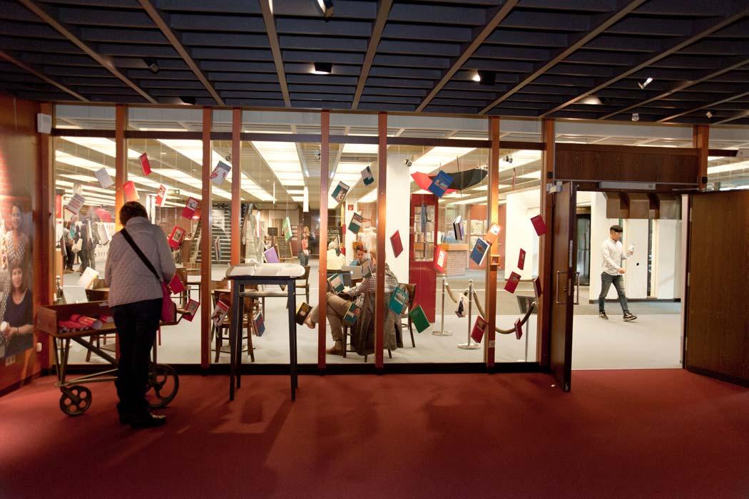 Blick aus dem Ausstellungsraum ins Foyer